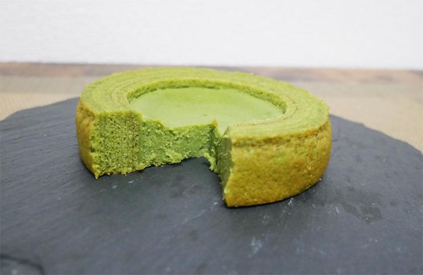 旨み抹茶チーズケーキのバウムの断面図