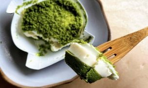 はじめは濃厚チーズなのにだんだん香り豊かな宇治抹茶ひろがるお抹茶チーズケーキトップ画像