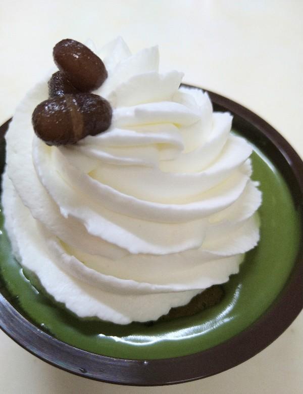 クリームほおばる宇治抹茶ケーキ