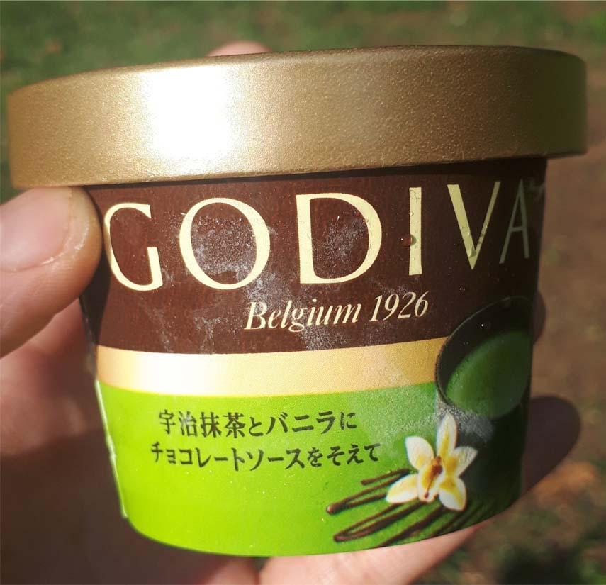 宇治抹茶とバニラにチョコレートソースを添えて