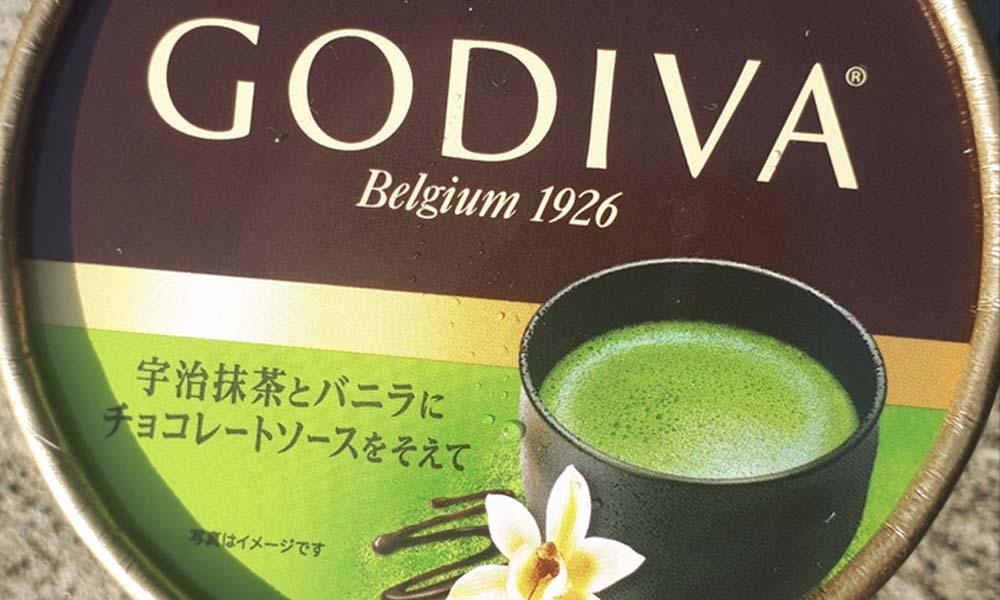 宇治抹茶とバニラにチョコレートソースを添えて詳細